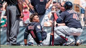 拉米瑞茲(中)被自打球砸到左膝倒地。(圖/翻攝自印地安人推特)