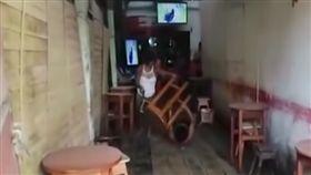 他拿小孩學費喝酒 被老婆狂揍(圖/翻攝自YouTube)