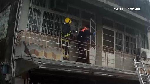 獨居翁摔傷 消防員架梯爬二樓破門搶救