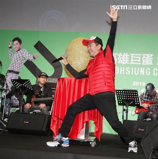 吳宗憲高雄巨蛋演唱會將加場,高雄演唱會上除了大唱「夜襲」、「紅豆」象徵藍綠和解。(記者邱榮吉/攝影)