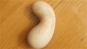 母雞生下「雙殼畸形蛋」…專家警告:千萬別吃 圖翻攝自微博綿陽