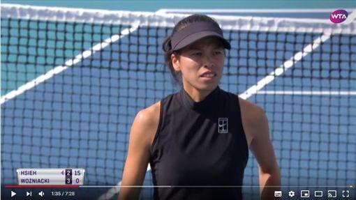 ▲謝淑薇拍落前球后伍茲妮雅琪(Caroline Wozniacki),打法獲外媒盛讚。(圖/翻攝自WTA YouTube)