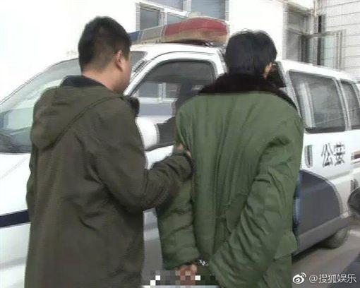 周文與母親在家吸毒被逮。(圖/微博)