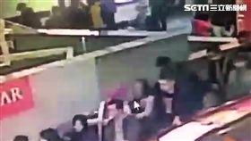印尼籍漁工穆利搭手扶梯時,朝前方林姓女子臀部猛掐一下,當場遭到警方逮捕並依性騷擾罪送辦(翻攝畫面)