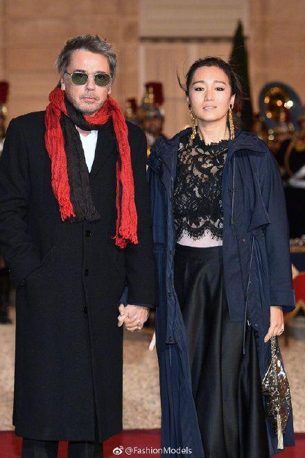 鞏俐巴黎突秀婚戒疑二婚。(圖/翻攝自Fashion Models微博)