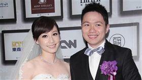 吳宇舒2013年嫁給同公司的記者朱凱翔。(圖/翻攝自臉書)