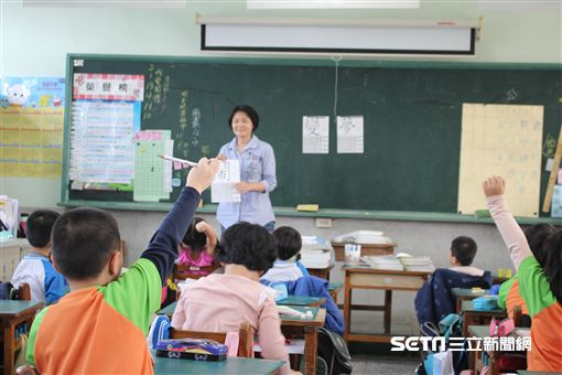 師徒手幫小一童清洗排泄物、東和國小老師陳婉琪/東和國小提供