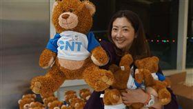 安大略台北航線慶生 旅客驚喜抱小熊飛台灣 中央社