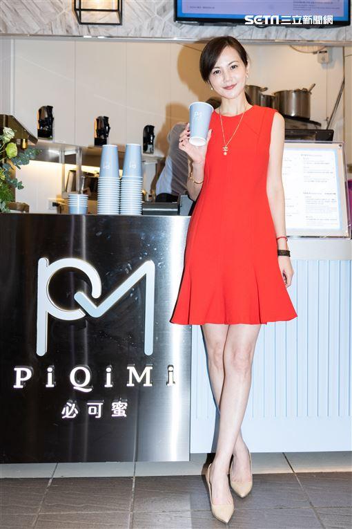台劇女星簡沛恩現身西門町宣告創立手搖飲料品牌,好友林又立前來站台。(記者林士傑/攝影)