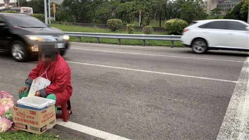 婆婆在南崁交流道賣玉蘭花(記者郭奕均攝影)