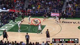 NBA/保羅變態運球!他遭晃出場外 NBA,休士頓火箭,Chris Paul 翻攝自推特