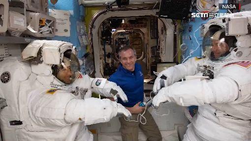 女性太空漫步突喊停 竟因太空衣不夠穿