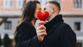 戀愛,情侶,情人節,愛情,聯誼,情人(圖/翻攝自freepik)https://www.freepik.com/free-photo/woman-kissing-man-while-showing-red-heart_1526529.htm