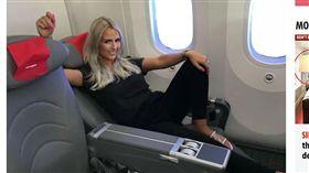 英國一名旅遊部落客基絲泰德(Naomi Kisted),幾乎每次出國工作一定會幫自己升級飛機艙位,當然家庭旅遊也不例外,但特別的是她只買「頭等艙」的機位給自己,而年幼的孩子卻是座在經濟艙,她宣稱這樣作是為了教育孩子,讓他們知道認真工作的重要。(圖/翻攝自The Sun)