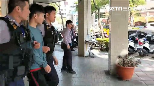 台北市邵姓酒店經紀酒駕自撞18輛汽機車(翻攝畫面)