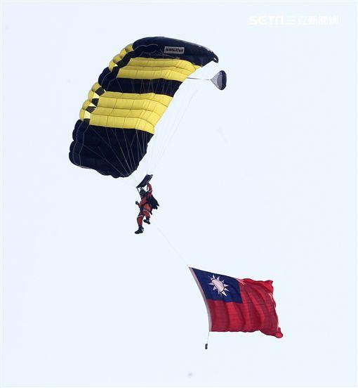 108年「國防知性之旅—龍翔營區開放」神龍小組高難度花式高空跳傘。(記者邱榮吉/新社拍攝