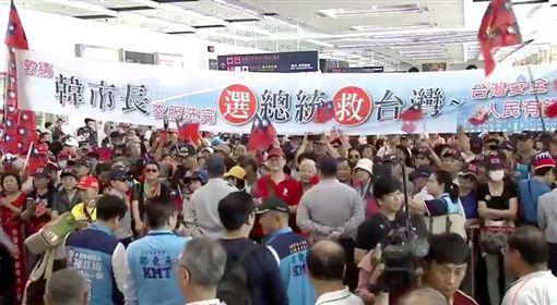 高喊「救台灣」 韓粉萬人擠爆接機:韓國瑜選總統。(圖/擷取自臉書)