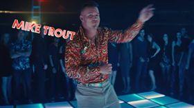 美職/拍廣告!花襯衫神鱒大跳機器舞 MLB,洛杉磯天使,鱒魚,Mike Trout,BodyArmor 翻攝自YouTube DrinkBODYARMOR