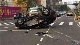 警幫女嬰開道送醫 意外撞轎車翻覆