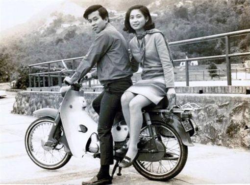 老夫妻,天母公園,張哲生,舊照片,半世紀。翻攝自張哲生臉書粉絲團