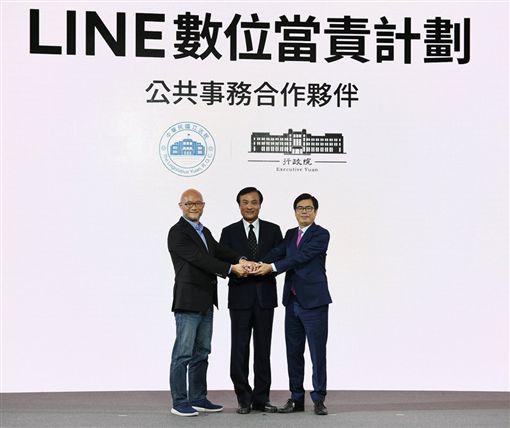 行政院副院長陳其邁、立法院院長蘇嘉全28日在LINE「數位當責計畫」發布記者會會上宣布與通訊軟體LINE合作。(圖/翻攝陳其邁臉書)