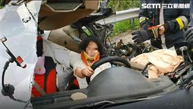 國道3號南下南投/遭大卡車追撞!女駕駛嚇傻緊握方向盤 圖翻攝畫面