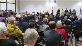 黃崇凱、李屏瑤、童偉格26日晚在駐德代表處進行朗讀會,吸引逾80名聽眾參加。(駐德代表處提供)中央社記者林育立柏林傳真 108年3月28日