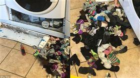 洗衣機吃襪子。(圖/翻攝自推特)