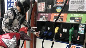 中油汽柴油將調漲0.3與0.4元受沙國限縮石油產出、委內瑞拉大停電導致原油出口受阻,國際油價上揚。中油公司17日宣布,自18日凌晨零時起,汽油每公升調漲新台幣0.3元、柴油調漲0.4元。民眾趁著油價調漲前,到自助加油站加油。中央社記者徐肇昌攝 108年3月17日