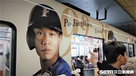 王柏融登上日本火腿合作彩繪列車「鬥士號」。(圖/記者王怡翔攝影)