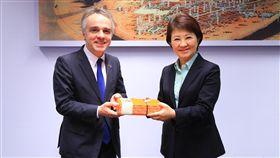 法國在台協會主任紀博偉(左)與法商業者29日到台中市政府拜會市長盧秀燕(右),雙方針對城市環境等議題進行討論,並互贈紀念品。中央社記者郝雪卿攝 108年3月29日