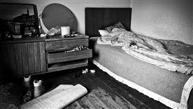 男子因負心遭家鄉女友索命,躲在床下躲劫難。(圖/翻攝自Pixabay);16:9,床底,床下,凶宅,鬼屋