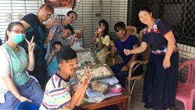 屏東家扶中心推動「Family Table餐桌文化 幸福對話」家庭關係促進方案,把社工、志工宅配到家,讓好事就在家裡餐桌上發生,獲108年南高屏地區社會工作專業人員表揚團體獎最佳方案肯定。(屏東家扶提供)中央社記者郭芷瑄傳真 108年3月29日