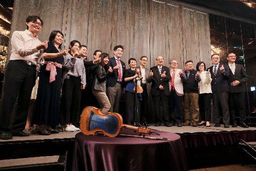 海嘯提琴慈善音樂會將登場(3)「奇蹟一本松希望音樂會」30、31將登場,將使用製琴家中澤宗幸以日本三一一震災後的漂流木所製作的「海嘯提琴」(Tsunami Violin)演奏,29日在台北舉辦記者會,邀請贊助單位代表出席與會,募款所得悉數捐給財團法人消防發展基金會和中華民國紅十字會。中央社記者裴禛攝 108年3月29日
