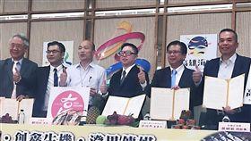 韓國瑜再見證農漁產訂單簽署高雄市長韓國瑜(左3)29日下午出席農漁產品簽約儀式後受訪表示,人事異動是「適才適所」,謝汀嵩「平調」職務。中央社記者王淑芬攝 108年3月29日