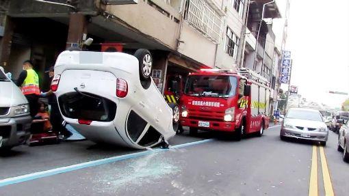 男恍神追撞前車 180度翻滾到對向車道