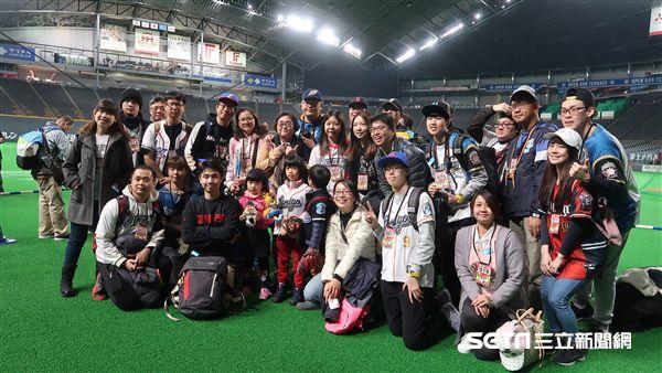 桃猿球迷組團到北海道為大王加油。(圖/記者王怡翔攝影)