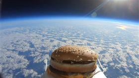 來自外太空!漢堡竟從天而降 球員們全驚呆(圖/翻攝自Colchester United FC推特)