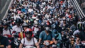 台灣的機車族數量龐大,在尖峰時段常常可以看到路口擠滿上百輛的機車,其中台北橋「機車瀑布」更是紅遍世界,今年6月才剛入選《國家地理雜誌》年度攝影大賽,昨(11)日又被Instagram官方分享。不少網友看到照片後,掀起正反議論,有網友認為是「台灣之光」,但也有網友酸「落後國家,一堆機車,丟臉!」(圖/翻攝自IG)