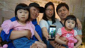 讓愛延續 器捐者家屬追憶親人溫暖大愛台中榮總30日舉行器官捐贈感恩追思會,捐贈者李美慧幫助6人重獲新生,她的女兒林鷹君(左2)等人帶著孩子出席追思活動,一同追憶親人大愛。中央社記者趙麗妍攝 108年3月30日