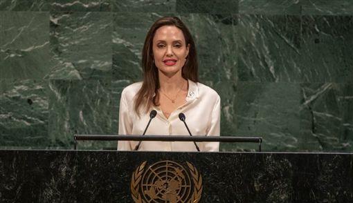 好萊塢女星、聯合國難民署特使安潔莉娜裘莉在聯合國一場演講中,敦促讓女性參與阿富汗和談,說漠視女權和女性政治參與等議題,全世界恐擺脫不了暴力衝突的循環。(圖/翻攝自UNPeacekeeping Twitter)