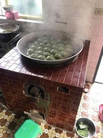 紅爐灶炊煮!90歲阿嬤親手包「草仔粿」 古早味逼哭網:已經吃不到了…(圖/翻攝自爆廢公社)