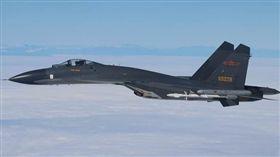 台灣海峽上空驚魂!共軍殲11飛越中線 雙方對峙十分鐘(圖/翻攝自中共空軍微博)
