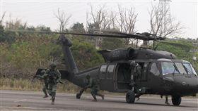 陸軍特戰四營從UH-60M黑鷹直升機進行機降、繩降,協力特戰官兵發起攻堅戰鬥。(記者邱榮吉/彰化拍攝)