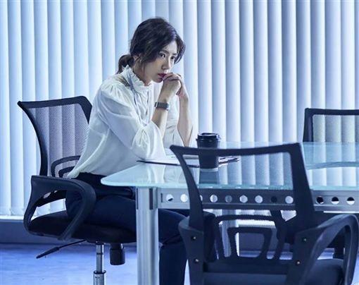 賈靜雯飾演的電視台媒體主管演技噴發。(圖/翻攝自公視臉書)