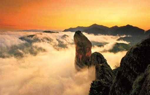 ▲雲海中昂然挺立的巨大的石筍「干霄」(圖/喜鴻假期)