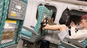 高鐵乘客穿鞋踩椅背,網友痛批「沒公德心!」(圖/翻攝自爆怨公社)