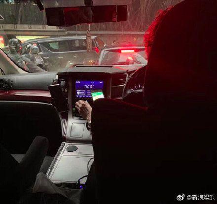 張柏芝媽媽開網約車。(圖/微博)