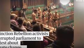 英國國會闖抗議人士。(圖/翻攝自Guardian News YouTube)