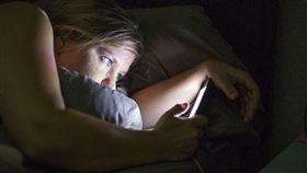 圖/翻攝pixabay,睡前滑手機,滑手機